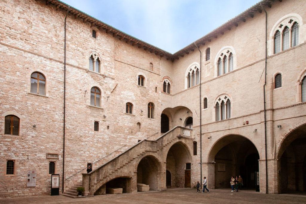 Scalone-di-Palazzo-Trinci-Foligno